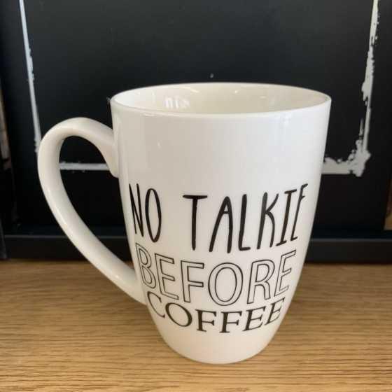 Keramikbecher mit Henkel und No Talkie Before Coffee-Aufschrift.