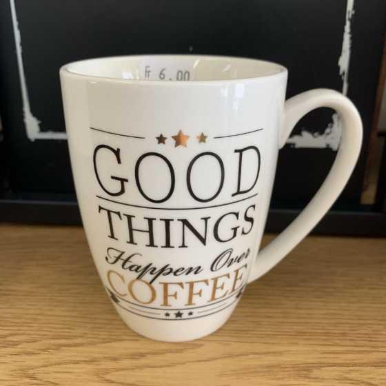 Keramikbecher mit Henkel und Good Things Happen Over Coffee-Aufschrift.