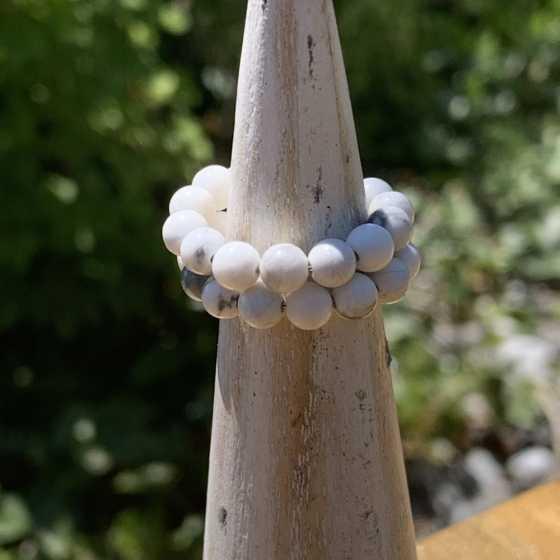Bague Howlite, creation artisanale, qualité suisse, pierres naturelles