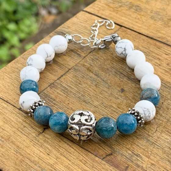 Handgefertigtes Armband aus Apatit und Howlit-Perlen zum Ausgleich der Chakren und zur Harmonisierung von Yin und Yang.