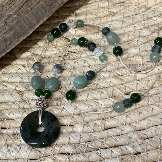 Sautoir artisanal en perles de Jade, Aventurine vert, Agate, Cristal de Roche et perles Swarovski.