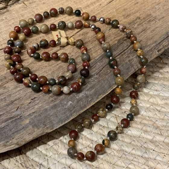 Handwerklich hergestellte lange Halskette aus natürlichem Picasso-Jaspis mit versilberten Perlen.