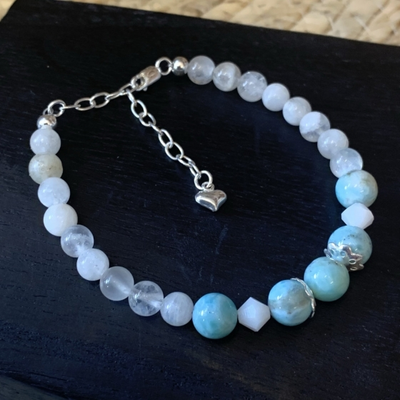 Handgefertigtes Armband aus echten Larimar-Perlen aus der Dominikanischen Republik und Mondstein.