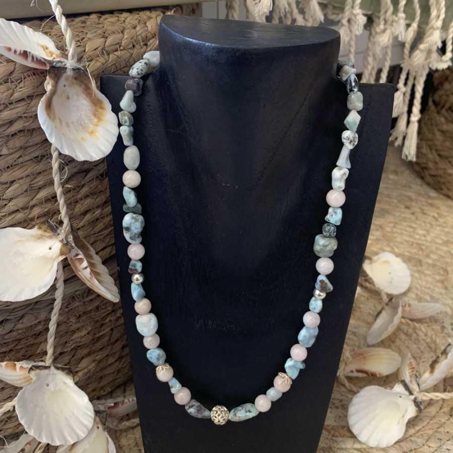 Collier artisanal en perles de Larimar et Morganite (Béryl rose).