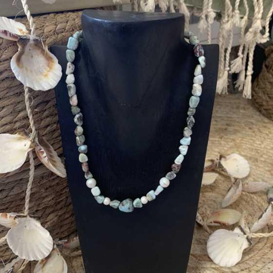 Handgefertigte Halskette mit Larimar und Swarovski-Perlen.