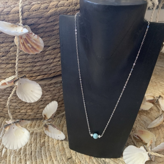 Collier artisanal en perles de Larimar et Swarovski.