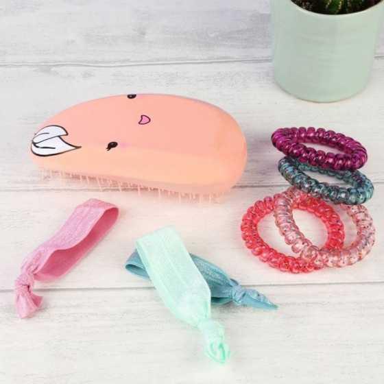 Ce kit d'accessoires de coiffure contient une brosse démêlante parfumée à la pêche, 4 élastiques en spirales et 3 rubans.